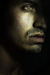 Depression_Mann_Weinen_Tränen